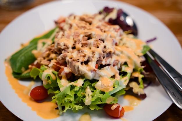Tonijnsalade met verschillende groenten