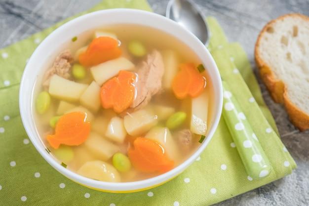 Tonijnsoep met groenten in kom
