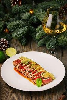 Tonijnsteak met limoen en kerstspar