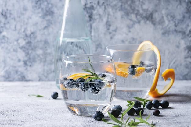 Tonische cocktail met rozemarijn en bosbessen