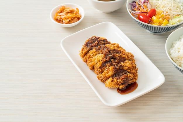Tonkatsu - japanse varkenskotelet gefrituurd met rijstset - japans eten