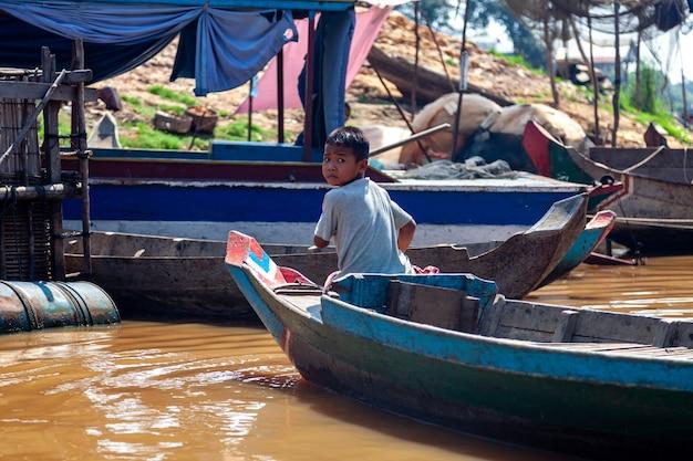 Tonle sap, cambodja februari 2014 dorp kampong phluk tijdens droogteseizoen.