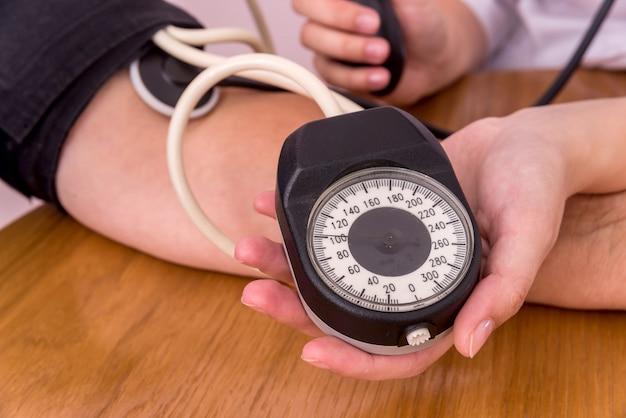 Tonometer voor het meten van bloeddruk en vrouwelijke handen