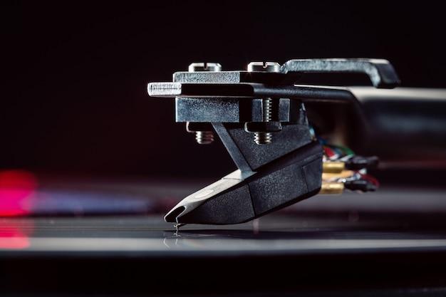 Tonorm met achtergrondcartridge voor vinylplaten. kopie van ruimte. detailopname.