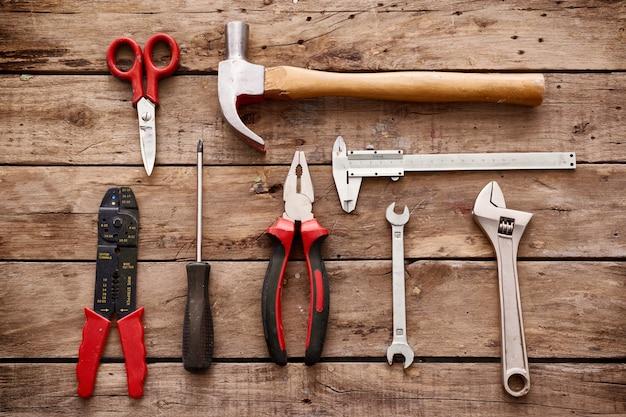 Tools op rustieke tafel bovenaanzicht