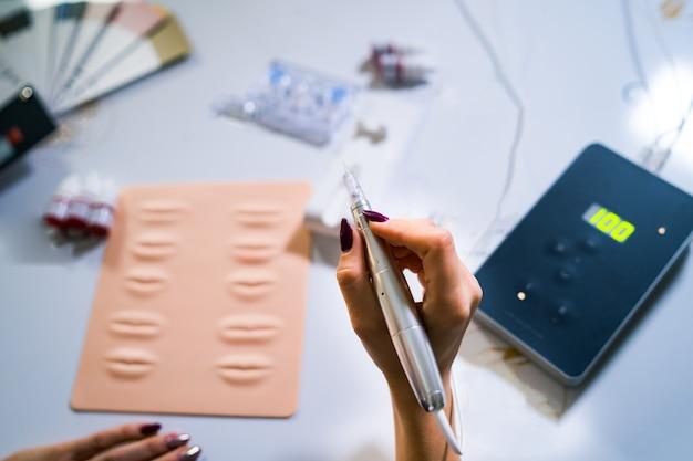 Tools voor nieuwe technologieën in permanente make-up. lip-tatoeage. instrumenten voor permanente make-up.