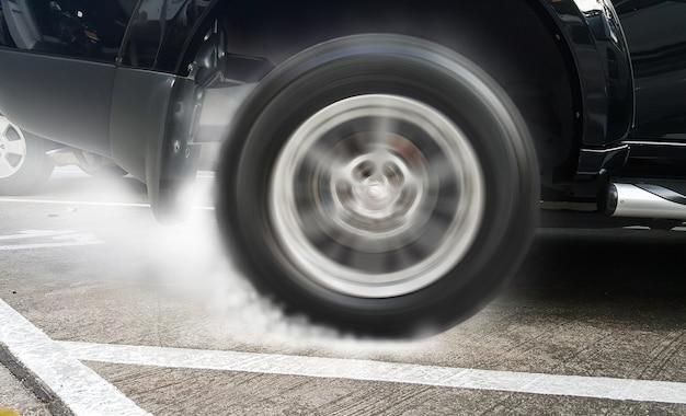 Toon brandende bandenraceauto in renbanen