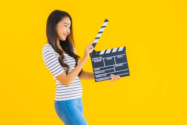 Toont de portret mooie jonge aziatische vrouw de raad van de kleppenfilm