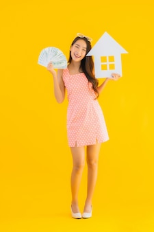 Toont de portret mooie jonge aziatische vrouw huis of huisteken