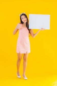 Toont de portret mooie jonge aziatische vrouw leeg wit aanplakbiljet
