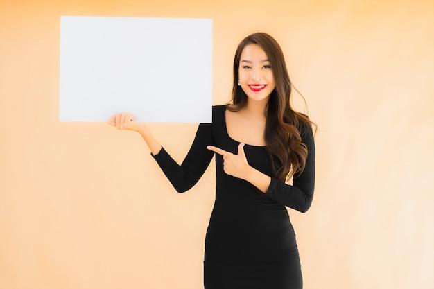 Toont de portret mooie jonge aziatische vrouw lege witte raad