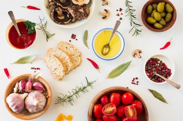 Toostbrood met ingrediënten op witte achtergrond