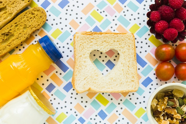 Toosts met hart dichtbij gezond voedsel
