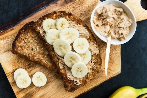 Toosts van wholewheat seeded bread met peanut butter en banan