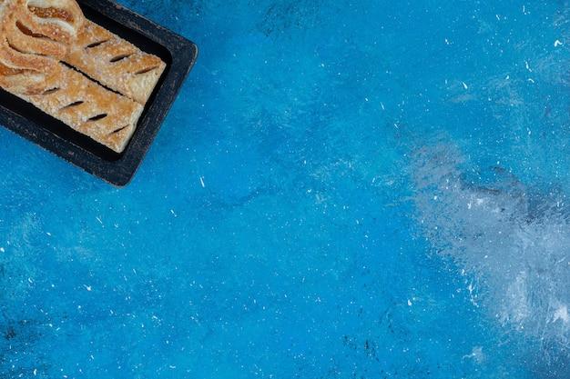 Toothsome koekjes in de houten kist op de blauwe achtergrond. hoge kwaliteit foto