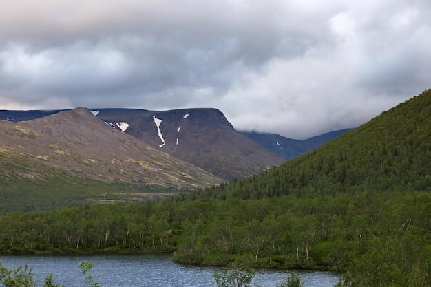 Top berg khibiny in de vorm van een achtergrond van de bewolkte hemel.