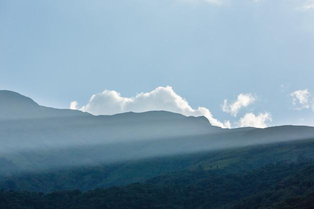 Top berg zomeravond uitzicht met zonnestraal (italië)
