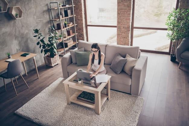 Top boven hoge hoekmening gericht meisje manager werk afstand laptop
