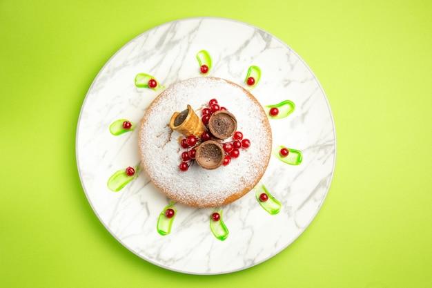 Top close-up bekijken een cake een cake met rode aalbessenwafels op de plaat
