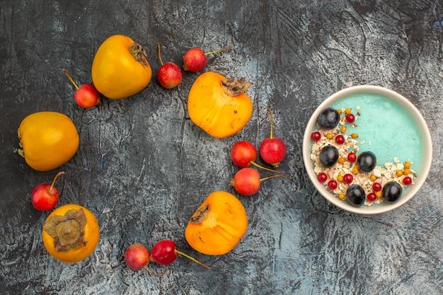 Top close-up weergave bessen kersen dadelpruimen naast de kom met bessen