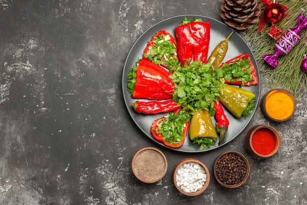 Top close-up weergave paprika de smakelijke bal paprika specerijen kegel kerstmisspeelgoed op de takken