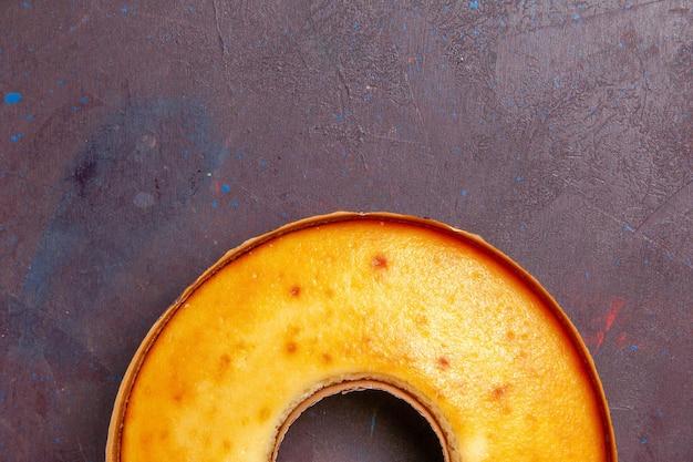 Top close view heerlijke ronde cake perfecte zoete taart voor thee op donkere achtergrond thee zoete taart suiker deeg cake