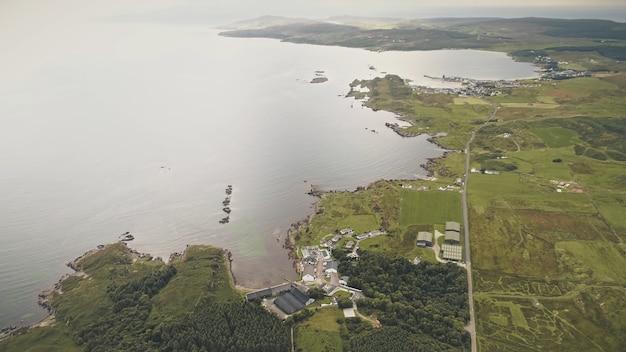 Top-down fabriek op zeegezicht luchtfoto niemand natuur landschap groen bos op grasvallei platteland