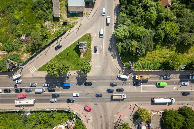 Top-down luchtfoto van drukke straat kruising met rijdend autoverkeer.