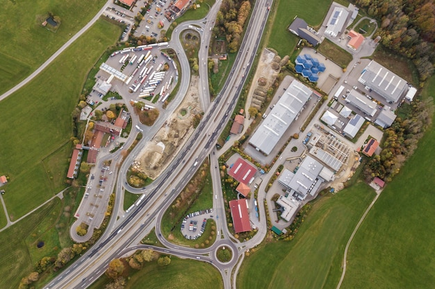Top-down luchtfoto van snelweg interstate road met bewegende verkeersauto's in landelijk gebied.