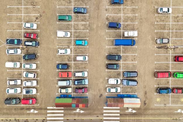 Top-down luchtfoto van veel auto's op een parkeerplaats van een supermarkt of op de autodealermarkt