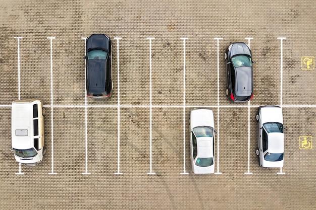 Top-down luchtfoto van veel auto's op een parkeerplaats van een supermarkt