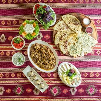Top gebakken vlees met kastanjes en traditionele azerbeidzjaanse gutab met vleeskruiden en pompoen