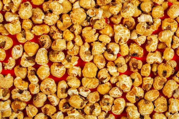 Top gekarameliseerde popcorn op rood