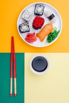 Top ivew bord met sushi en souce