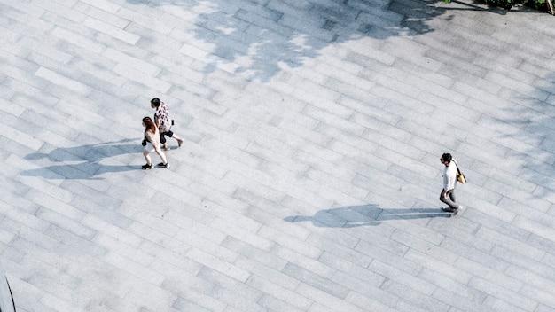 Top luchtfoto sociale familie en vrienden mensen lopen over voetgangers in open ruimte landschap.