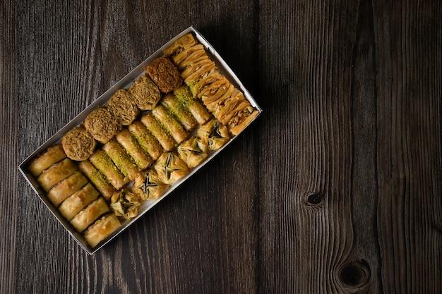 Top of view turkse baklava zoet gebak met doos geïsoleerde achtergrond