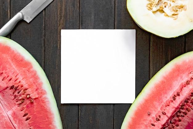 Top plat leggen van verse meloen en watermeloen kopie ruimte met witte vierkante frame op een houten oppervlak f