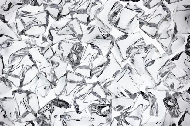 Top shot ijsblokjes op witte achtergrond.
