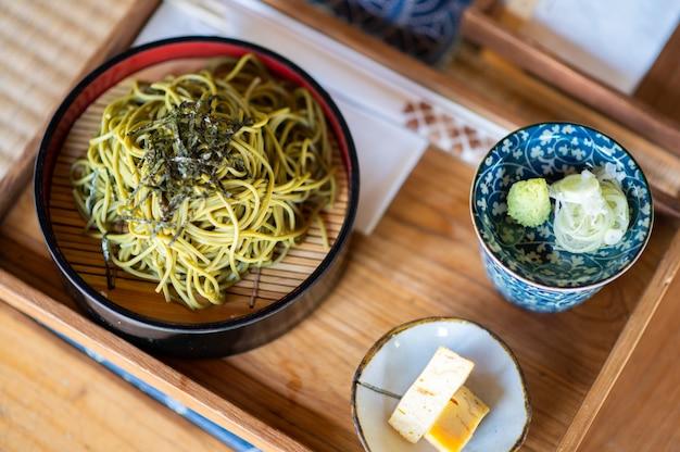Top soba cold foods in japan met koude sobanoedels, zoet ei, bouillon en wasabi