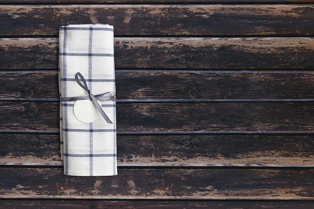 Top-up weergave gerechten servet op donkere houten vintage tafel. kopieerruimte voor tekst toegevoegd, geschikt voor uw conceptachtergrond voor eten of drinken.