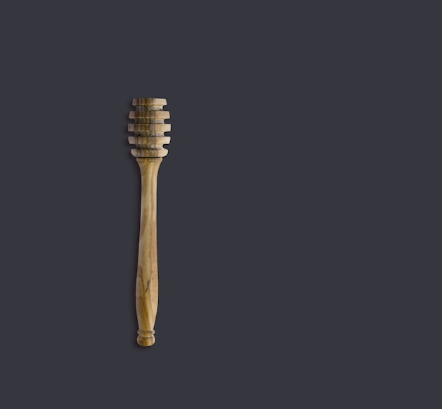Top-up weergave olijf houten honing dipper geïsoleerd op zwart