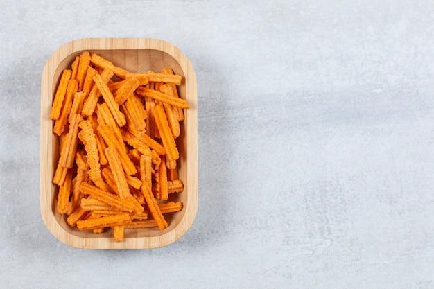 Top-up weergave van chips op houten plaat.
