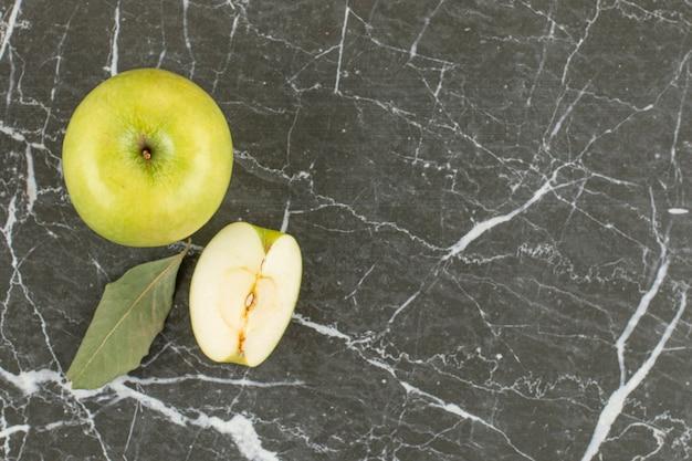Top-up weergave van groene appel. geheel en in plakjes.