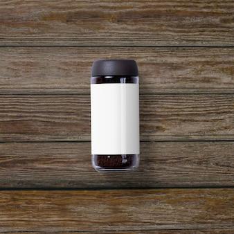 Top-up weergave van jar instant koffie geïsoleerd op houten achtergrond