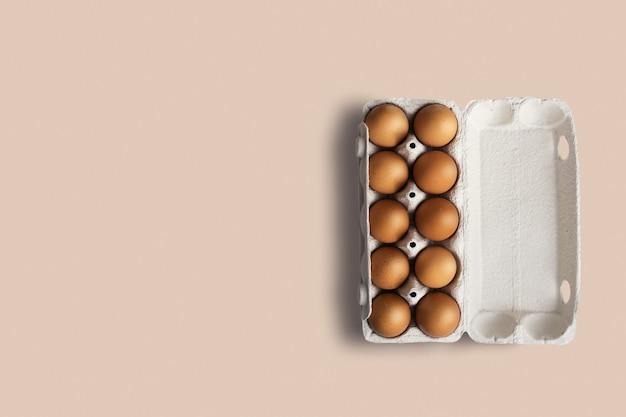 Top-up weergave van veel verse rauwe eieren kip opgesteld in een rij. kopieerruimte voor tekst toegevoegd.