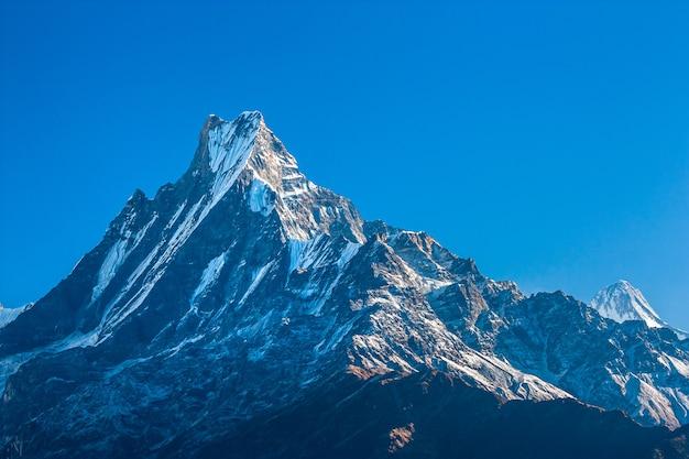 Top van de berg met blauwe lucht