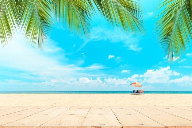 Top van de houten tafel in de voorkant van het witte strand.
