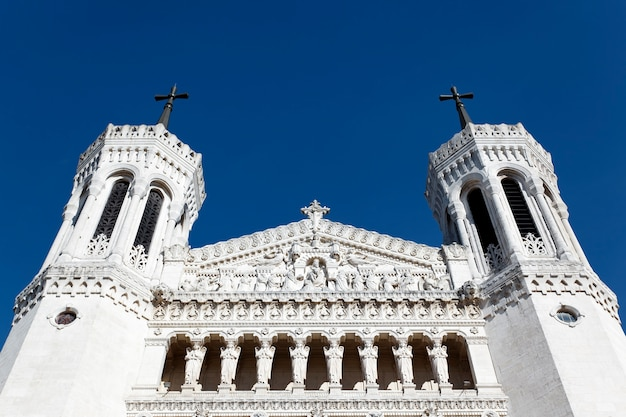 Top van de kathedraal van lyon en de blauwe hemel