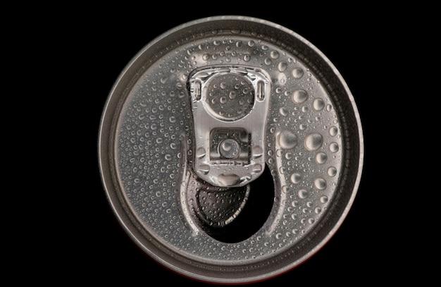 Top van een blikje met waterdruppels close-up op een zwarte achtergrond