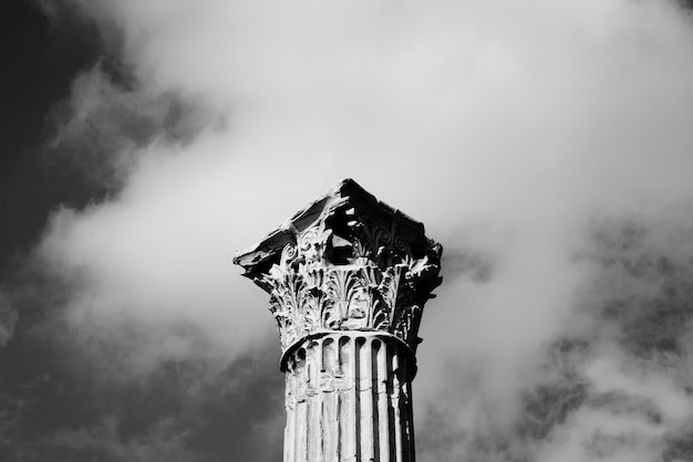 Top van een hoge stenen pilaar